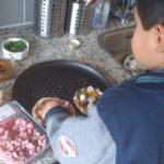 Samen mini-pizza's bakken.