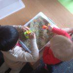 Spelen met gekleurde rijst.